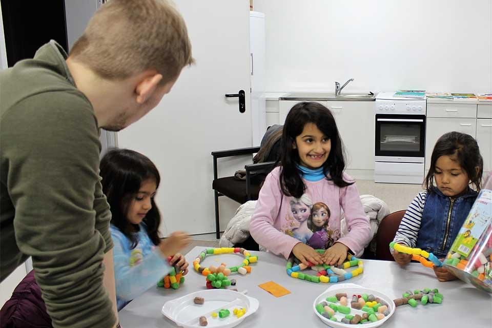 Basteln mit Flüchtlingskindern
